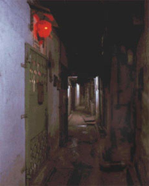 Один красный фонарь на всей улице. Неужели сломанный светофор? (фото Greg Girard).
