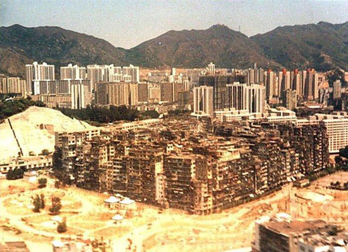 Город-крепость Коулун на фоне современного Коулуна в 1989 году (фото с сайта en.wikipedia.org).