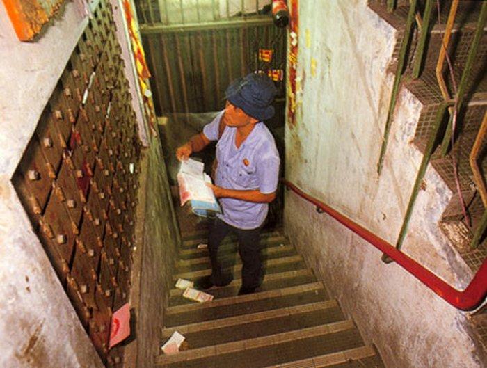 Судя по количеству ящиков, почтальон зашёл в подъезд далеко не самого населённого дома. Ежедневно почтовые отправления по городу разносили три почтальона (фото с сайта twenty4.co.uk).