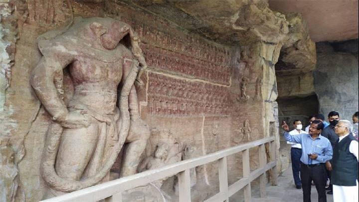 राज्यपाल मंगुभाई पटेल ने उदयगिरी गुफाओं का भ्रमण किया