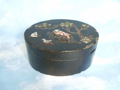 My chinese black lacquer box inlaid with semi-precious stones  (4/6)