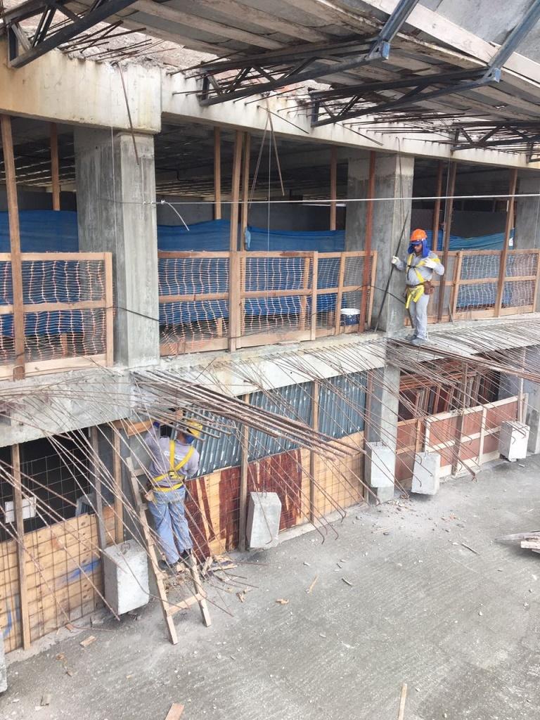 Operário se equilibra sobre ferragens em obra de Campina (Foto: MPT-`PB)