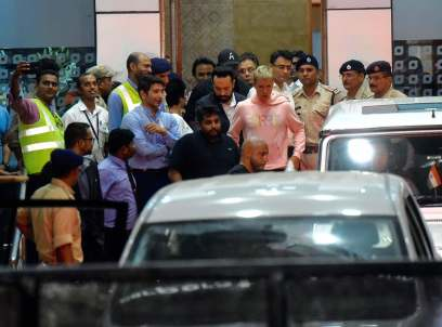 Justin Bieber exiting the Mumbai airport at 1.20AM