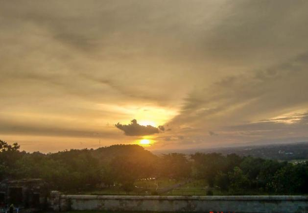 Pemandangan sunset dilihat dari Candi Ratu Boko