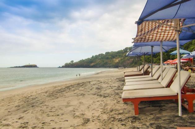 Tempat nongkrong asik di pinggir pantai Virgin Beach. Bisa sekalian pesan makan kalau mau dapat gratis.