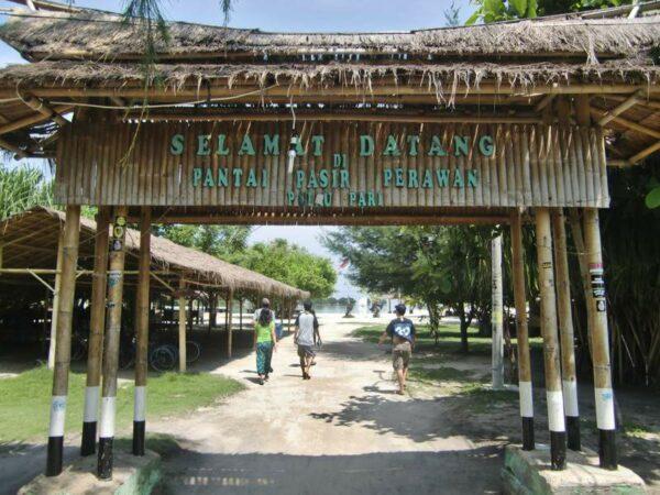 Gapura gerbang masuk ke pantai pasir perawan pengunjung dikenakan biaya masuk Rp 5000