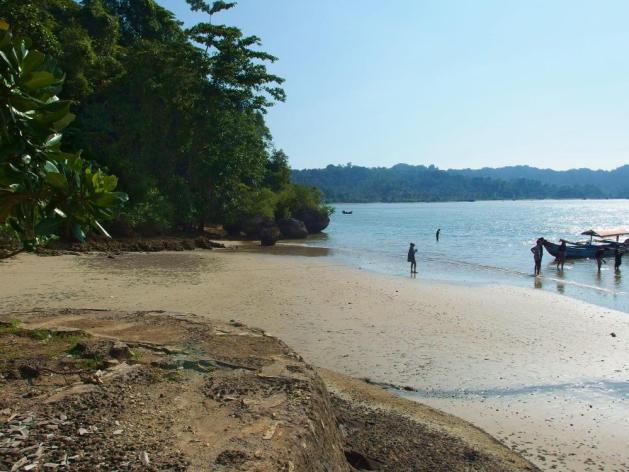 Pantai tebeng terbilang belum terlalu populer, jadi tidak terlalu ramai dan lebih nyaman untuk dipakai berenang.