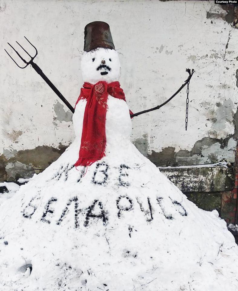 """На жителя Білорусі склали протокол про""""несанкціонований пікет"""": в країні запустили флешмоб вусатих сніговиків"""