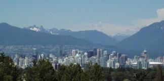 Blick auf Vancouver mit scheebedeckten Bergen im Hintergrund