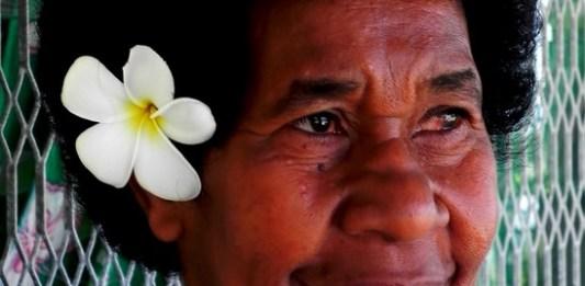 Bewohnerin auf Fiji mit Blume im Haar