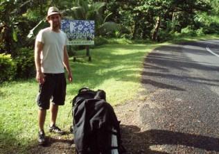 Warten auf den Bus auf Fiji vor dem Beachouse