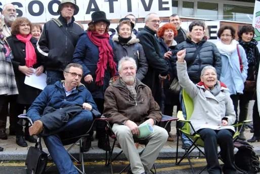 Bernard Coadou, au centre, entouré de Pierre Hurmic, Annie Carraretto, et son comité de soutien (WS/Rue89 Bordeaux)