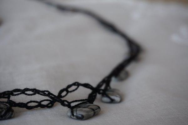 Collier au cochet noir avec pierre marbre