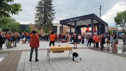 Photo de la Vigile de solidarité Photo de la Vigile tenue à la Place du Citoyen de Chicoutimi (1ier juillet) - Photo prise par Jean-Simon Gagné-Nepton)