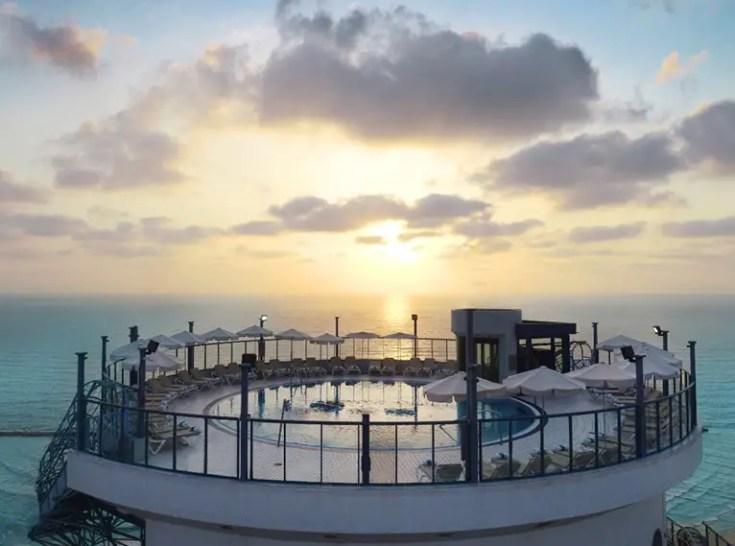 הבריכה על גג מלון ישרוטל טאואר