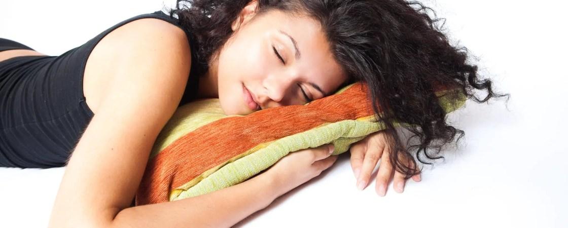 לישון עם שיער מתולתל