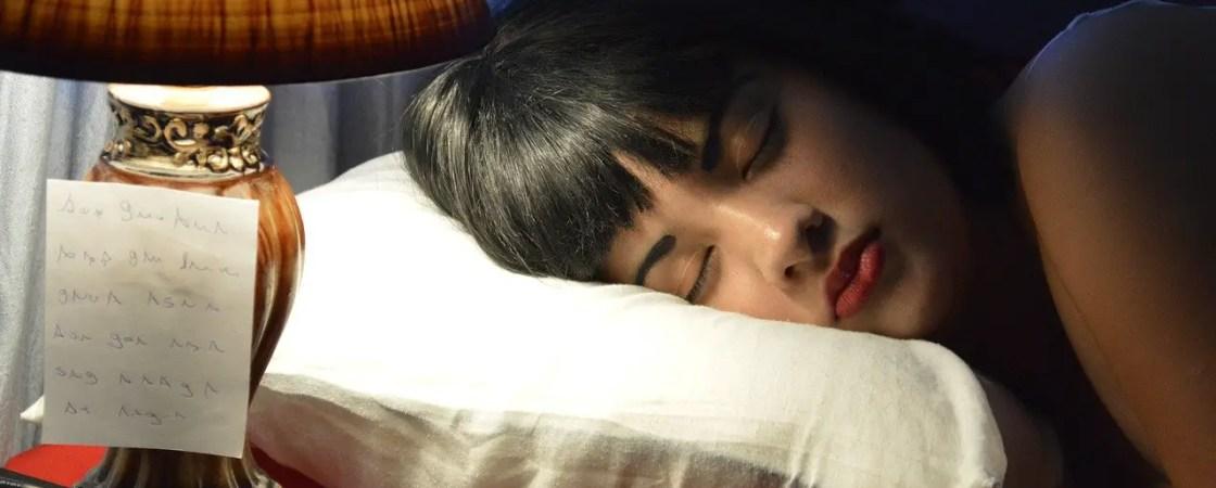 שינה עם איפור