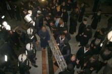 Grecii ortodocşi aducând scara pentru curăţarea paraclisului