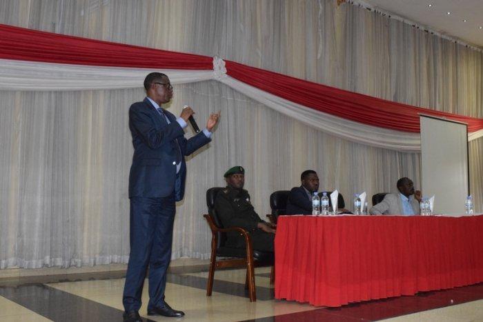 Min. Kabarebe udashobora gukandagira muri Uganda ntashaka ko n'abandi banyarwanda bajya guhunahuna muri Uganda