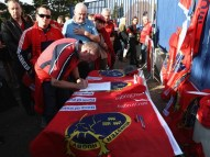 1022-6666666666666x767__origin__0x0_munster_fans_pay_respects_to_anthony_foley