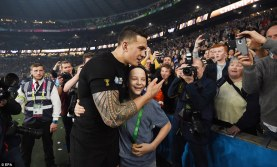 2DFCC57C00000578-3298433-Sonny_Bill_Williams_moved_through_the_crowd_walking_up_to_the_yo-a-48_1446350248616
