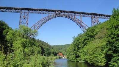 Müngstener Brücke mit Blick auf Haus Müngsten im Brückenpark an der Wupper