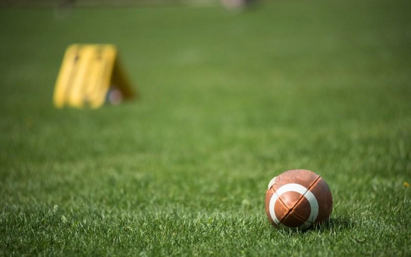 American Football Ball im Gras