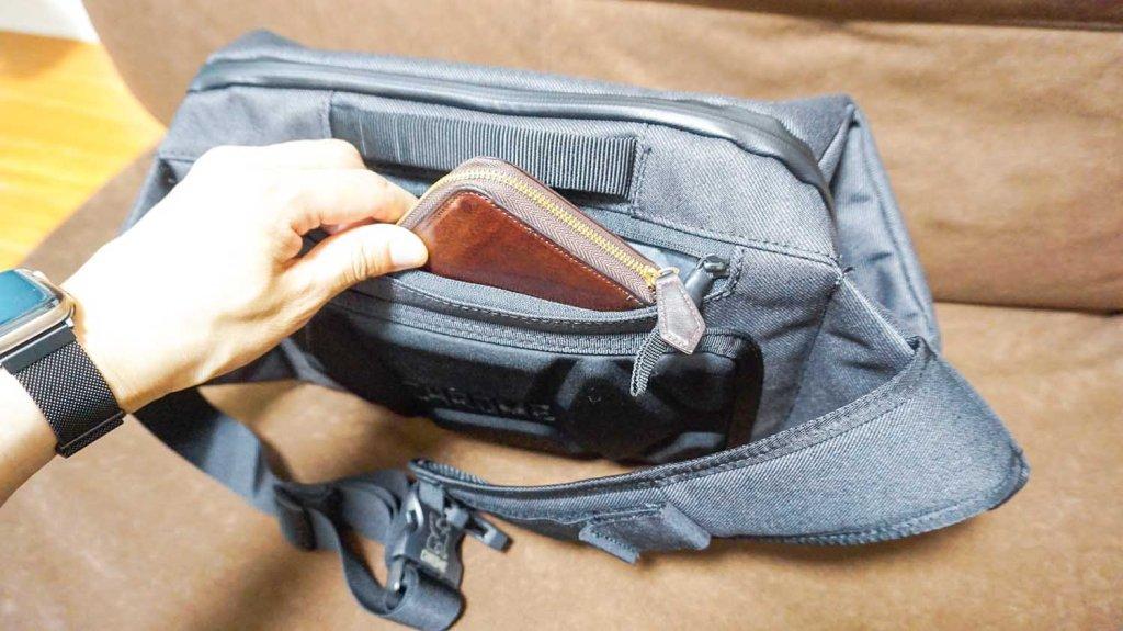 Chrome VALE SLING BG267BK(スリングバッグ)のセキュリティポケットに財布を入れる