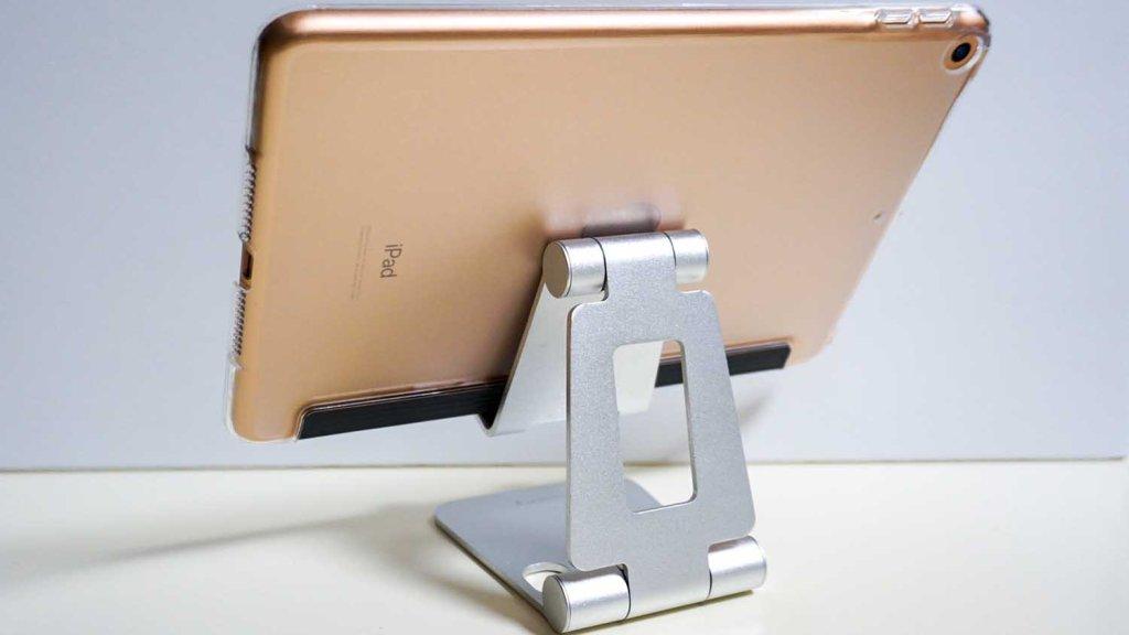 ESRのipad mini 5用クリアケースをつけたiPadmini5をタブレットスタンドに乗せている写真