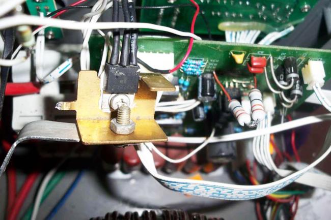 Көрсеткіш үнемі 220 вольтты көрсетеді (шындықты ескере отырып)