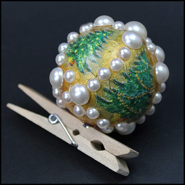 Рождественская елочная игрушка в технике декупаж.