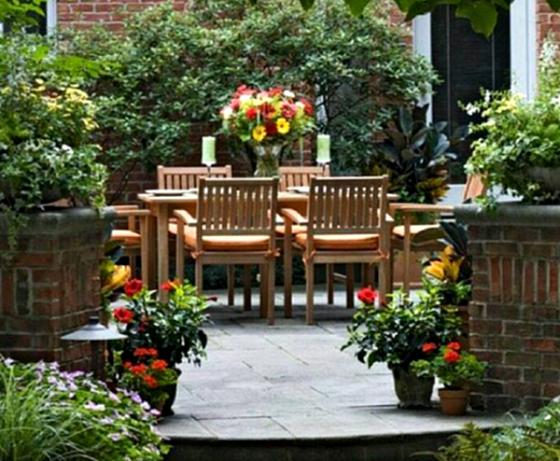 Taman rumah minimalis dengan meja 2 - 15 Contoh Desain Taman Rumah Minimalis Modern Terbaru 2018