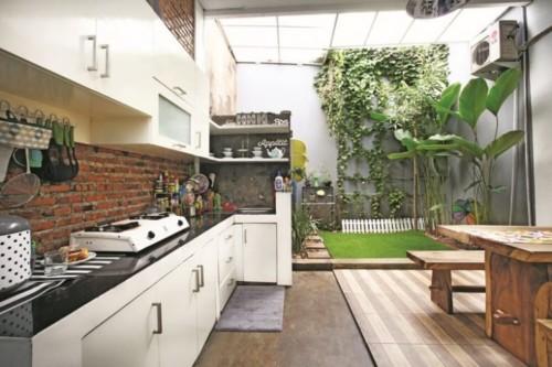 Desain Dapur Minimalis Terbuka Dekat Taman Belakang Rumah 14