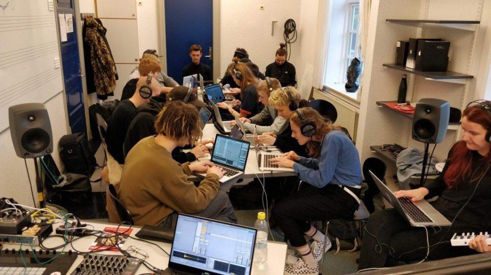Ras Kjærbo og Rumkraft gæster de elektroniske musikere på Syddansk Musikkonservatorium i Esbjerg.