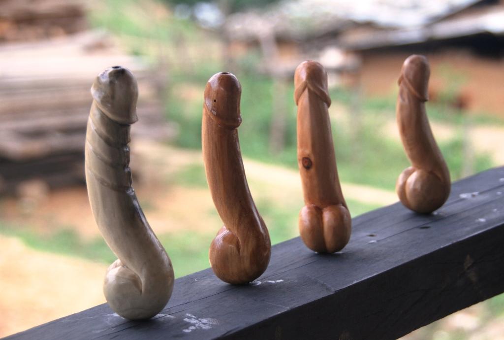 Bạn không nhìn nhầm đâu, đây chính là tượng gỗ hình dương vật đấy!