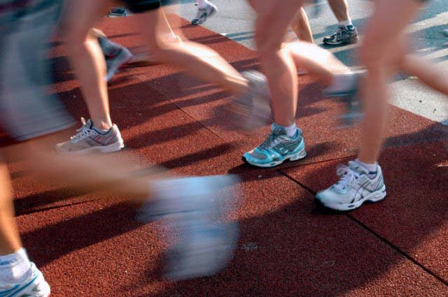 Image: ALAMY-AT1MC4, Runners run over the mat that protects the system that records their times on the Willis Avenue Bridge at mile 20 on the NYC Marathon, License: Rights managed, Model Release: No or not aplicable, Property Release: No or not aplicable, Credit line: profimedia.cz, Alamy