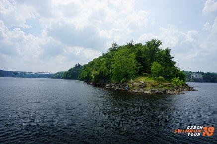 Obr.1_1.závod swimrunu v ČR se konal v nádherné přírodě kolem vodní nádrže a zámku Orlík