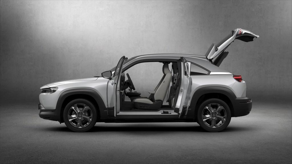 Mazda MX-30 eléctrico con todas las puertas abiertas
