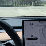 La actualización de Tesla incluye ralentización automática para señales de alto