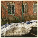 En sandblandad snödriva rovar hotfullt strax utanför vårt staket.