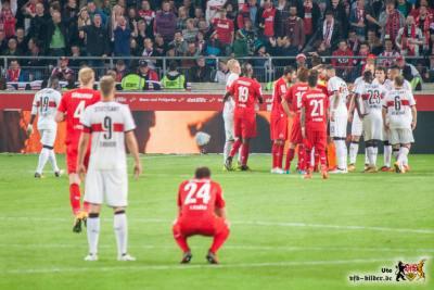 Der Schiri telefoniert, keiner weiß, was los ist. Bild: © VfB-Bilder.de