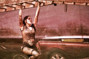 The Mud Day Paris 2016 - 08/05/2016 - Camp militaire de Frileuse - Beynes - France - Une Mud Guy franchissant l'obstacle Mini John Cooper's Traction