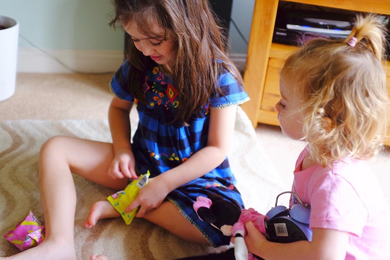 girls opening moj mojs