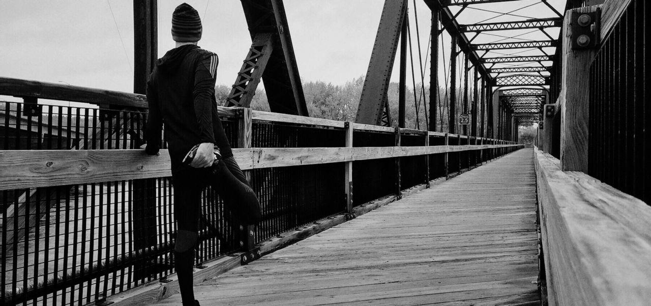 Evita hacer estiramientos antes de correr, puedes relajar demasiado los músculo. Es mejor que hagas un calentamiento con ejercicios dinámicos.