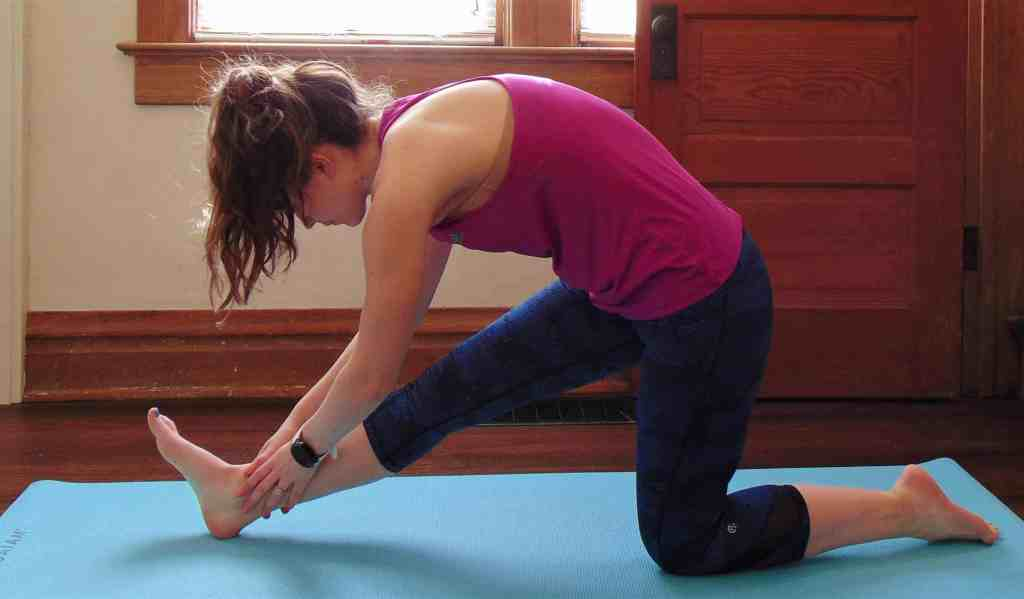 These recovery yoga poses create the perfect yoga sequence for runners. Complete these yoga stretches in less than 5 minutes post-run to promote flexibility and avoid injuries. Relieve tight hips, IT bands, hamstrings, calves and more with this simple yoga routine. #yogaforrunners #postrunyoga #yogaposes #recoveryyoga