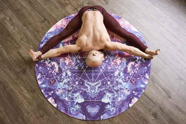 Γιόγκα (Yoga) άσκηση άνδρα σε στρώμα