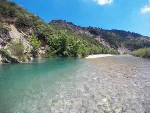 Μπάνιο στον Εύηνο ποταμό κάμπινγκ