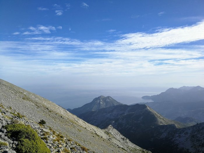 Η αλπική πλευρά της Δίρφυς από την οποία στο βάθος διακρίνεται το Αιγαίο πέλαγος  Ανάβαση στην κορυφή της Δίρφυς