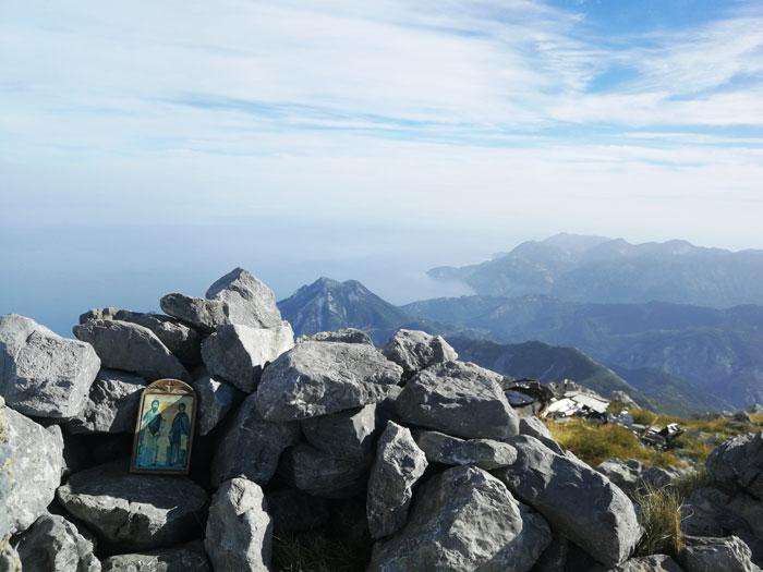 Ανάβαση στην κορυφή της Δίρφυς Στο βάθος το Αιγαίο πέλαγος και δεξιά τμήμα του πολεμικού αεροσκάφους
