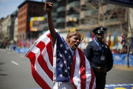 Los aficionados al maratón de Boston vuelven desafiantes